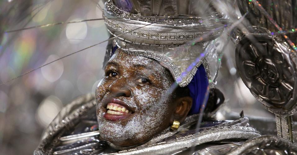 """9.fev.2016 - Folião no desfile da Portela, cujo o samba-enredo """"No Voo da Águia, Uma Viagem Sem Fim"""" contou trajetória da humanidade"""