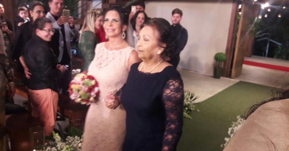 Gretchen chegou ao altar acompanhada da mãe, Maria José