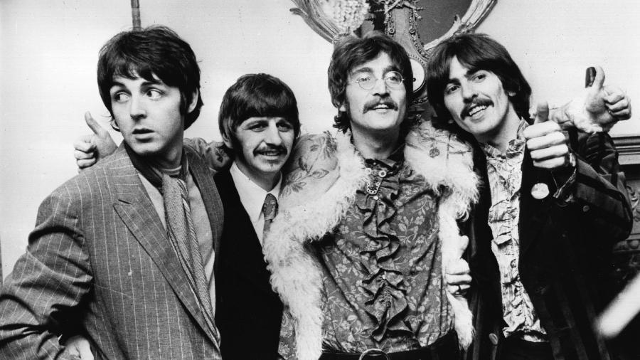 """19.mai.1967 - Os Beatles celebram a finalização de seu oitavo álbum, """"Sgt Pepper""""s Lonely Hearts Club Band"""", com uma entrevista coletiva na casa do empresário Brian Epstein, em Londres. O disco chegou às lojas no dia 1º de junho - John Pratt/Keystone/Getty Images"""