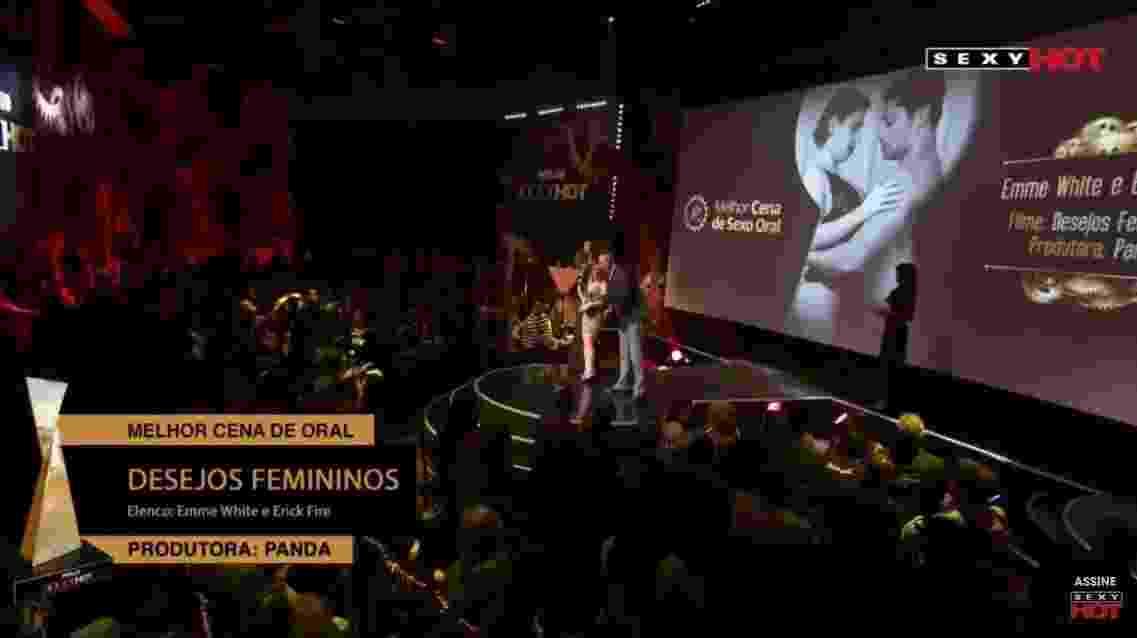 """Emme White e Erick Fire recebem o troféu de melhor cena de sexo oral pelo filme """"Desejos Femininos"""" no 4º Prêmio Sexy Hot, o Oscar do pornô brasileiro - Reprodução/YouTube"""