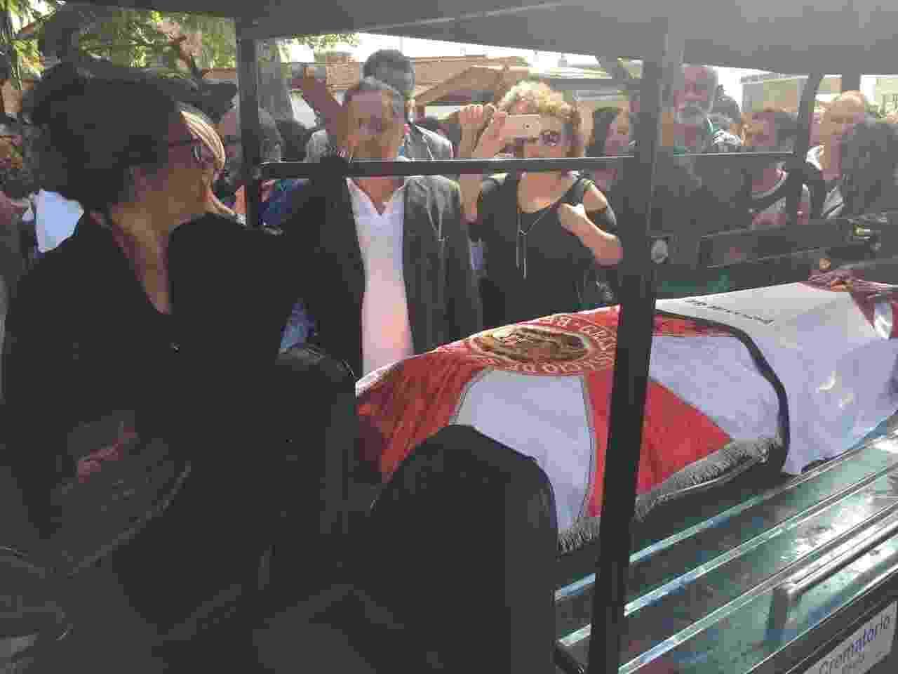 O corpo do cantor Luiz Melodia chega ao cemitério do Catumbi para o sepultamento - Luna Vale/UOL