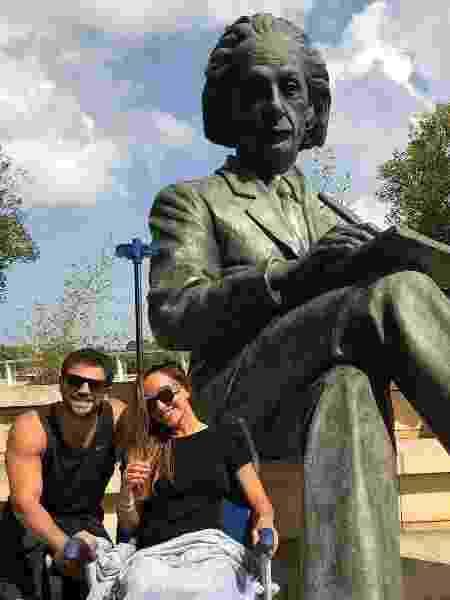 Sabrina Sato e Duda Nagle posam em frente a estátua de Albert Einstein em hospital - Reprodução/Instagram/dudanagle