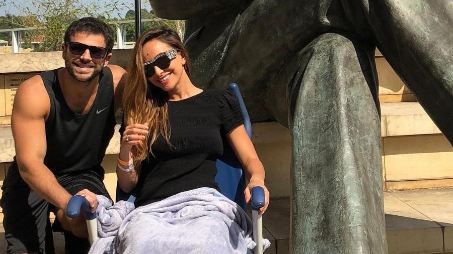 Sabrina Sato e Duda Nagle posam em frente a estátua de Albert Einstein em hospital onde a apresentadora está internada - Reprodução/Instagram/dudanagle