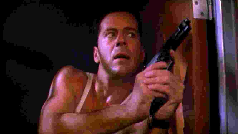 """Bruce Willis em cena de """"Duro de Matar"""" (1988) - Divulgação"""