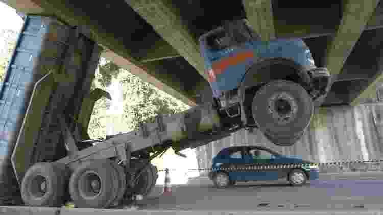 Arrancar fios de energia elétrica e acertar viadutos por conta da altura do veículo ou da carga são infrações de trânsito - Artur Moser/Ag. RBS/Folha Imagem