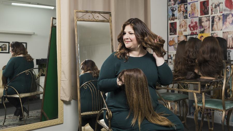 A judia ortodoxa Yaffie Begun ostenta sua peruca com luzes - Gabo Morales/UOL