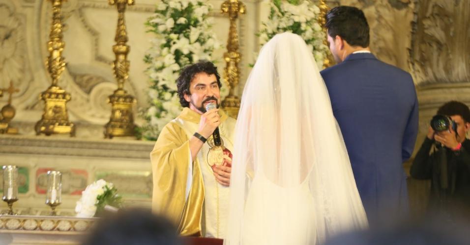 Padre Fábio de Melo realiza cerimônia de casamento de Nicole e Marcelo no Rio