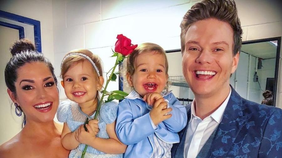 Thaís Fersoza e Michel Teló com os filhos Melinda e Teodoro nos bastidores do especial de Roberto Carlos na Globo - Reprodução/Instagram
