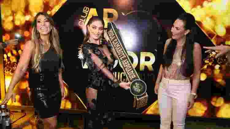 Juliana recebe a faixa de musa de 2019 de Dil Melo e a Rudimila Borges, donas do camarote Club Arpoador - Anderson Borde/Divulgação - Anderson Borde/Divulgação