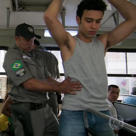 """Diego (Sergio Malheiros) é revistado pela polícia em """"Verão 90"""" - Reprodução/TV Globo"""