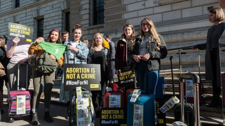 Grupo de mulheres da Anistia Internacional protestam por mudanças na legislação do aborto na Irlanda do Norte - Getty Images