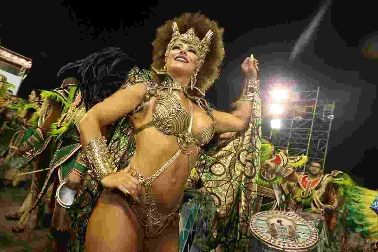 Viviane Araújo é rainha da bateria da Mancha Verde, terceira escola a desfilar no Anhembi - Ricardo Matsukawa/UOL