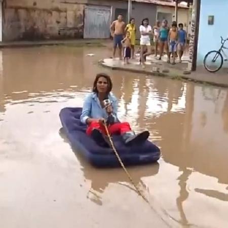 """Repórter da Globo usa colchão inflável para """"navegar"""" em alagamento - Reprodução/InterTV/TV Globo"""