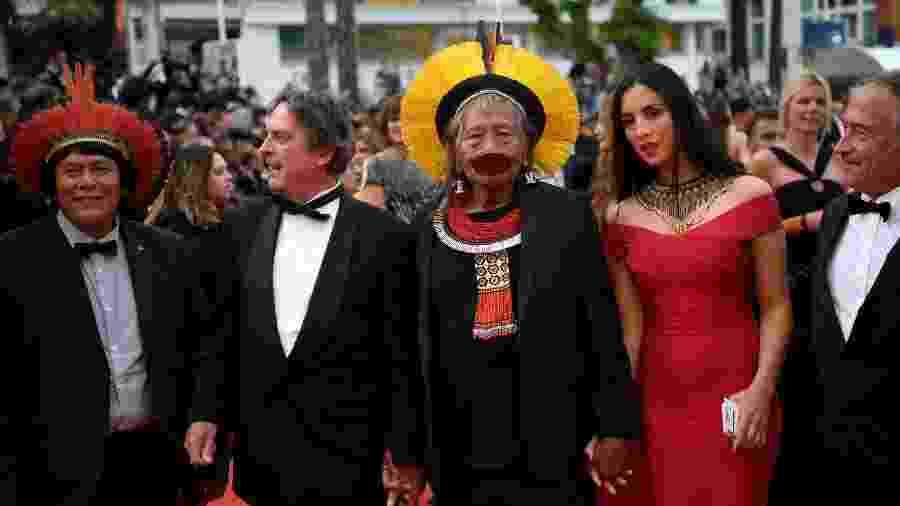 """Raoni Metuktire (centro), ao lado do diretor Jean Pierre Dutilleux, chega para a exibição de """"Sibyl"""" em Cannes - Christophe Simon/AFP"""