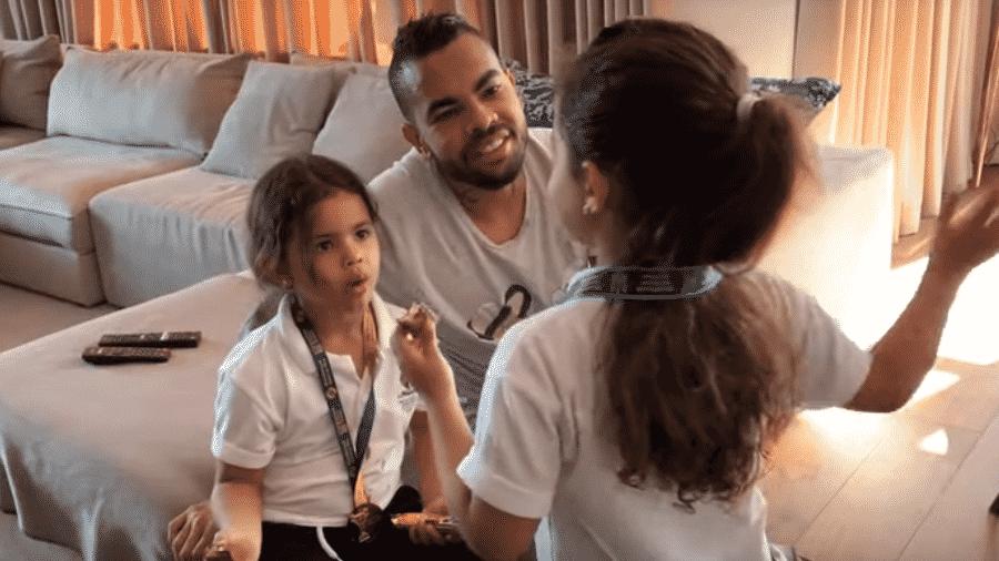 Dentinho e as filhas gêmeas, Rafaella e Sophia - Reprodução/YouTube