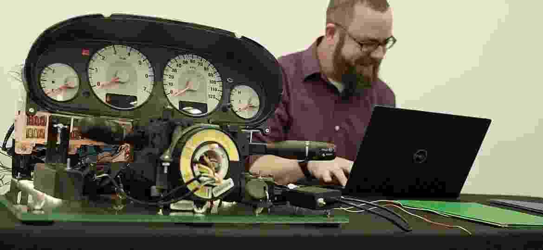 Pesquisador Andrew Bindner montou dispositivo para testar e demonstrar potenciais invasões em um automóvel - Reprodução