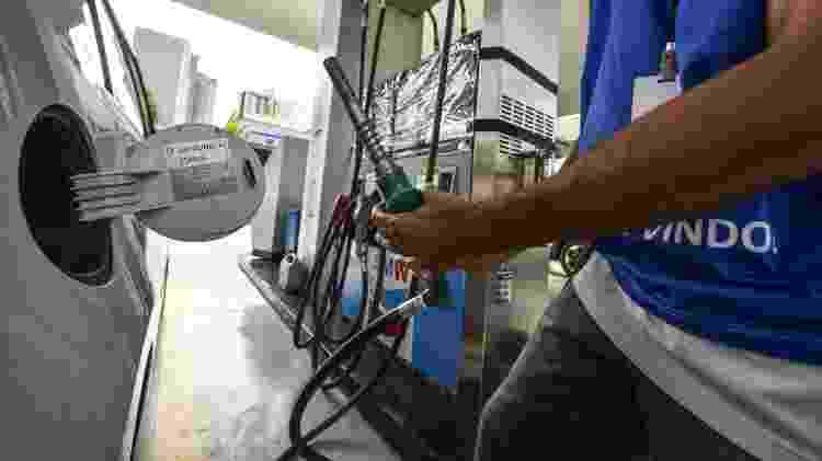 Frentista posto de combustível abastecimento reabastecimento - Lucas Lacaz Ruiz/Folhapress - Lucas Lacaz Ruiz/Folhapress