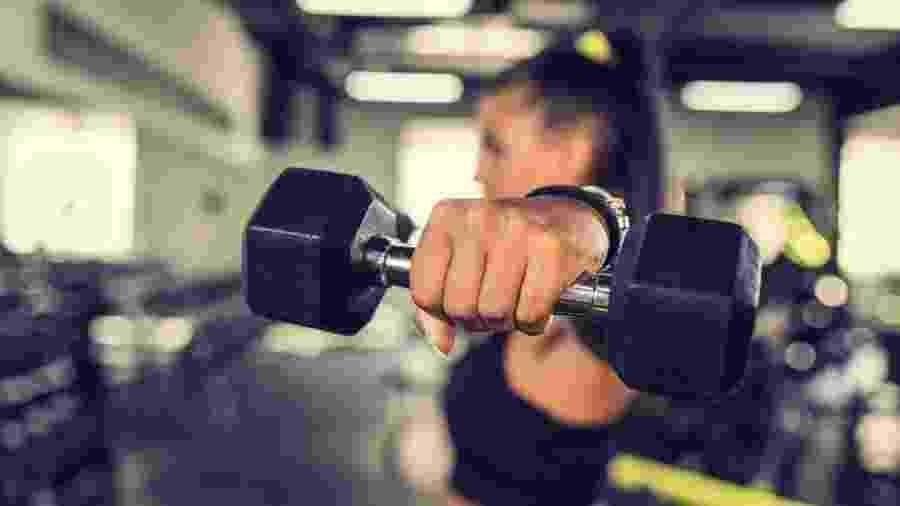 Tanto os halteres quanto a barre e os aparelhos são eficientes para o ganho de força e massa muscular - iStock