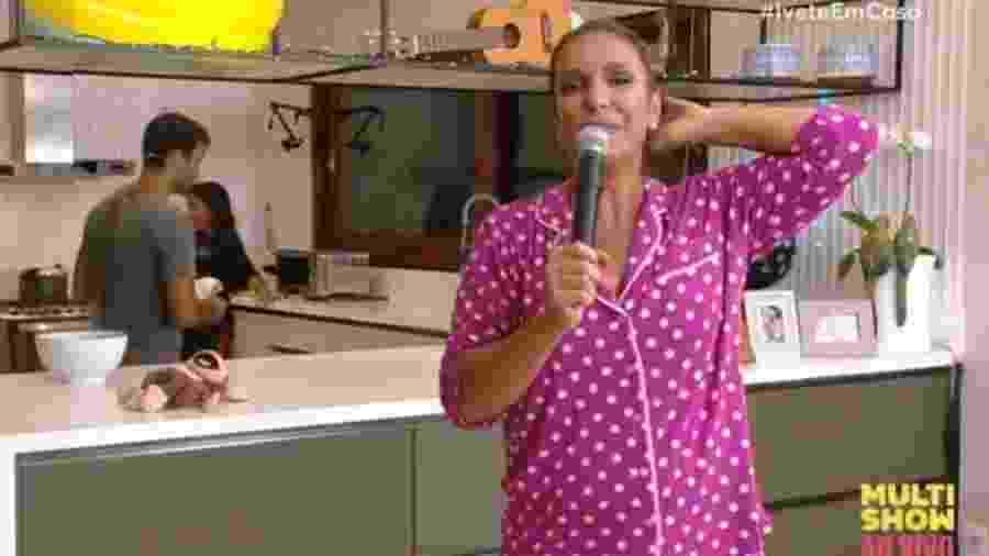 Ivete veste pijama de poá durante a transmissão; peça é produzida por marca paulista - Reprodução/Multishow