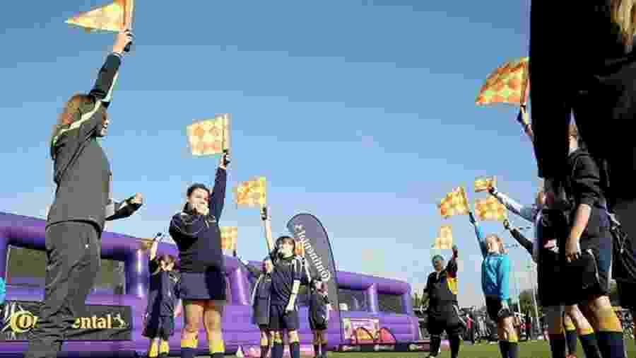 Meninas em treinamento para arbitragem realizado pela Football Association, no Reino Unido - Reprodução/Football Association
