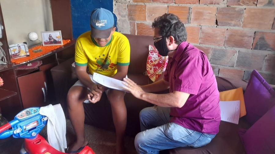 O diretor escolar Almir em visita a casa de estudante - Divulgação
