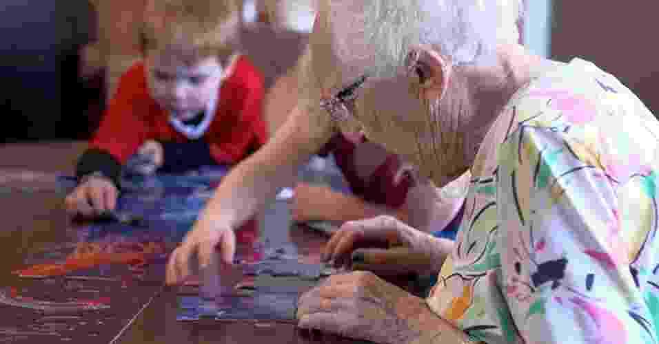 A creche ILC, localizada em Seattle, nos Estados Unidos, conta com estrutura e atividades semelhantes a qualquer outra instituição, no entanto, as crianças têm a oportunidade de brincar e fazer companhia para os idosos que vivem no local - Reprodução