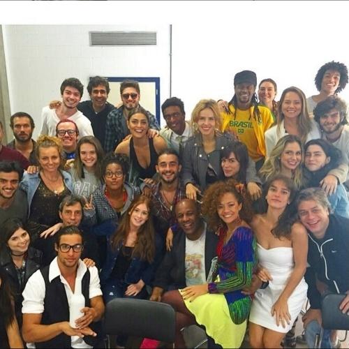 """8.jul.2015 - Na tarde desta quarta-feira (8), Marina Ruy Barbosa postou uma foto no Instagram em que aparece junto com o elenco da próxima novela das 19h da Rede Globo, """"Totalmente Demais""""."""