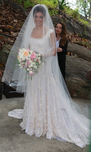 6.dez.2015 - A noiva Sophie Charlotte chega para o seu casamento