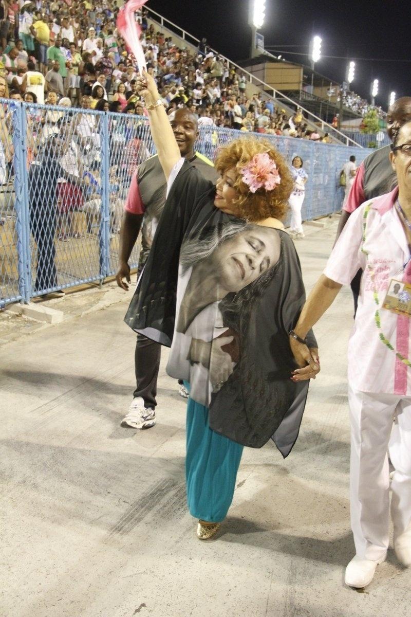 21.dez.2015 - Alcione vai ao ensaio técnico da Mangueira na Sapucaí na noite de domingo (20). A Marrom usou uma túnica com a imagem da Maria Bethânia que será homenageada pela escola no desfile de 2016