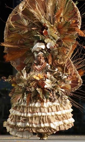 """Jeanessa Neptune desfilou a fantasia com tema """"A Black Souvenir Doll"""", em Trindade e Tobago"""