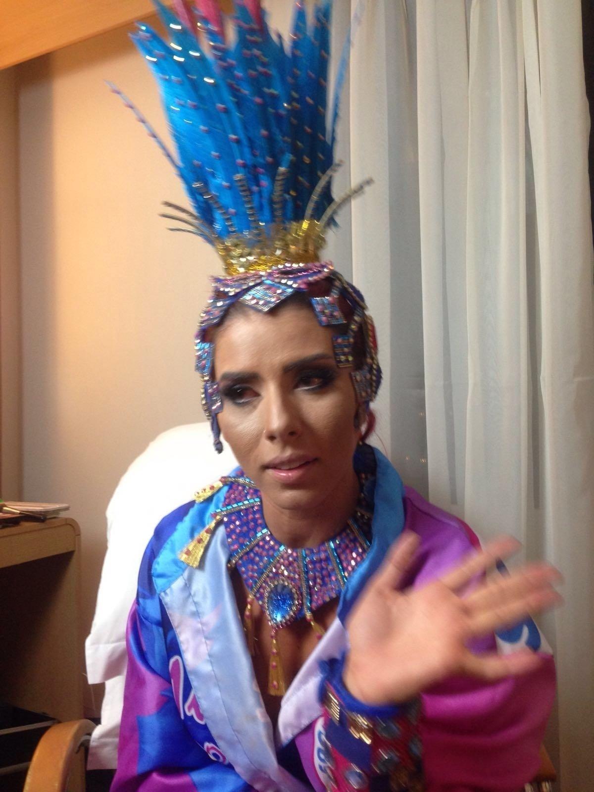 06.fev.2016 - Musa da Rosas de Ouro, Thaís Bianca mostra fantasia que recebeu para desfilar no Carnaval 2016 de São Paulo