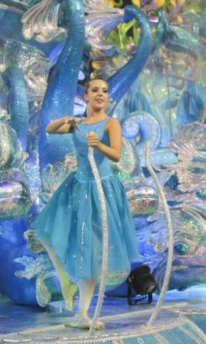 6.fev.2016 - Bailarina no carro abre alas da Pérola Negra