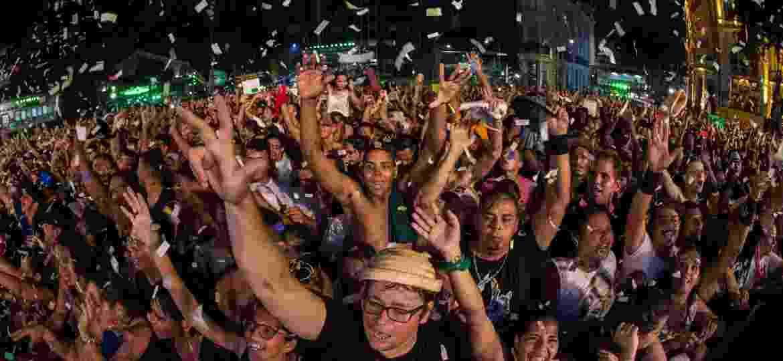 8.fev.2016 - A estimativa é de que mais de 250 mil pessoas lotaram o palco principal do carnaval do Recife para ver Nação Zumbi, Jota Quest e o Rappa - Roberta Guimarães/UOL