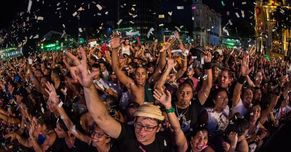 8.fev.2016 - A estimativa é de que mais de 250 mil pessoas lotaram o palco principal do carnaval do Recife para ver Nação Zumbi, Jota Quest e o Rappa