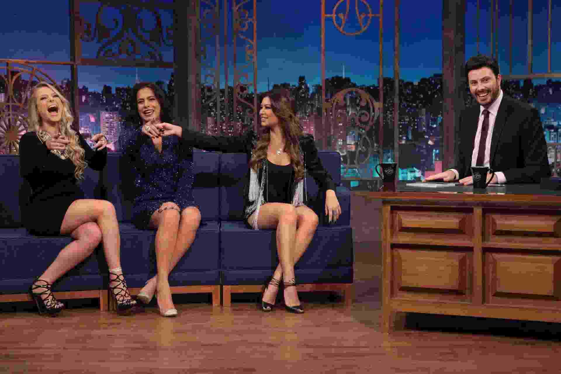 """Ex-apresentadoras do """"Fantasia"""", Jackeline Petkovic, Débora Rodrigues e Amanda Françozo se reencontram no """"The Noite"""", talk show do SBT, nesta segunda-feira (6) - Leonardo Nones/SBT"""
