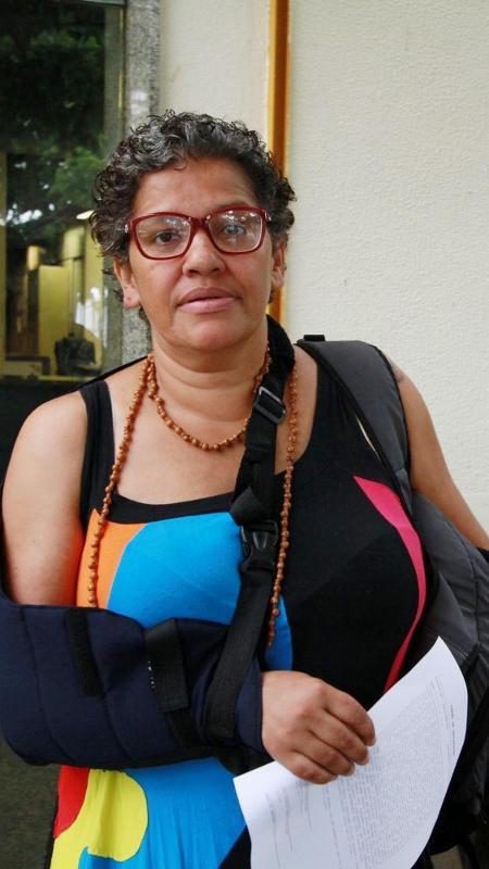 Ana Claudia Fernandes em frente ao 6º DP do Rio - José Lucena/Futura Press/Estadão Conteúdo
