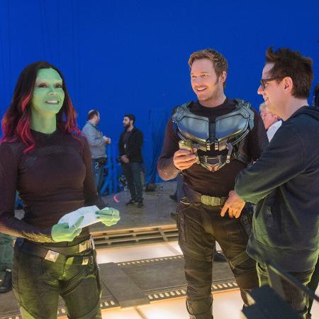 """Zoe Saldana, Chris Pratt e o diretor James Gunn no set de """"Guardiões da Galáxia Vol. 2"""" - Chuck Zlotnick/Marvel Studios"""