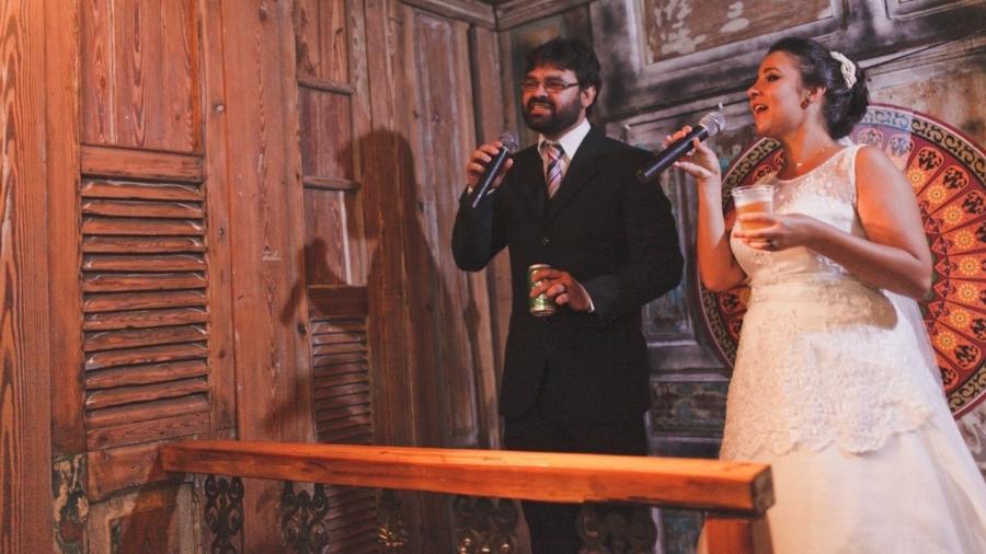 Os noivos Raquel e Bruno no karaokê pós-casamento - Arquivo pessoal