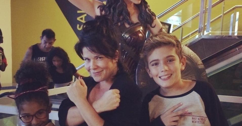 Samara e a filha Alícia no cinema