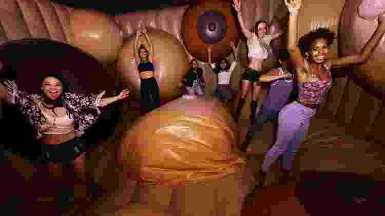 No Museum of Sex de Nova York, público se diverte em pula-pula com seios gigantescos - Divulgação/Museum of Sex