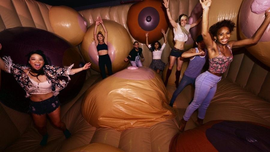 No Museum of Sex de Nova York, público se diverte em pula-pula recheado de seios gigantescos - Divulgação/Museum of Sex