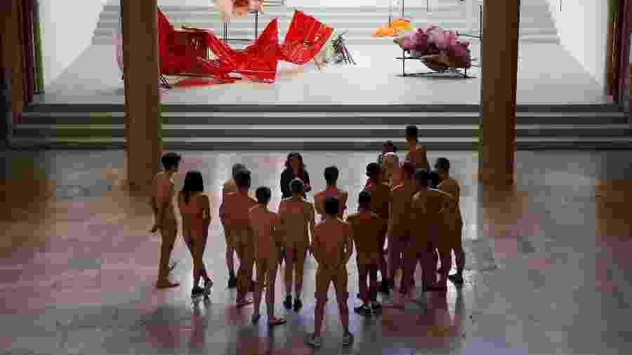 "Visitantes nudistas acompanham a exposição ""Discorde, Fille de la Nuit"" no museu Palais de Tokyo, em Paris - Geoffroy Van Der Hasselt/AFP"