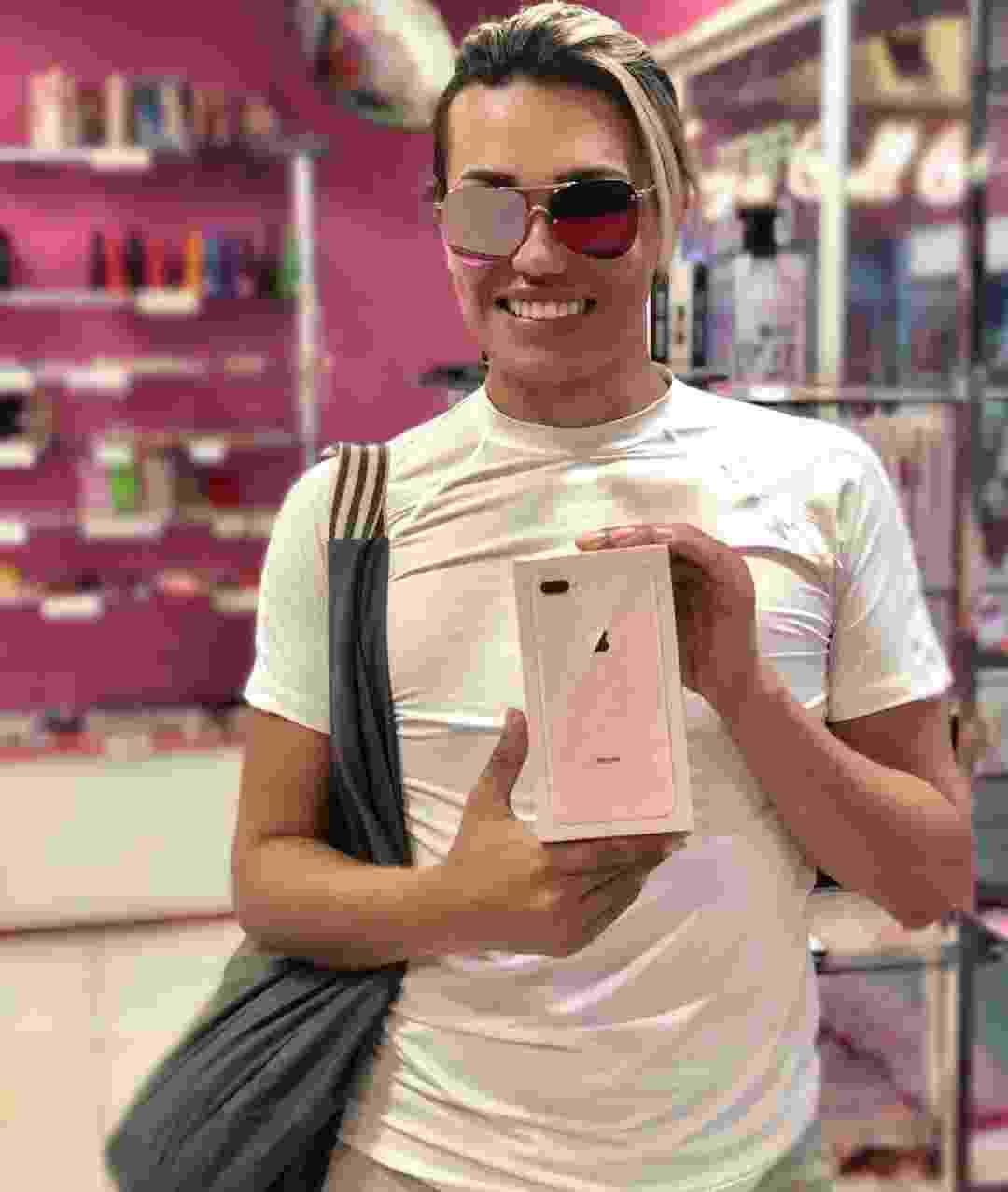 Cabeleireira de Safadão deixa anonimato, vira youtuber e faz merchan - Reprodução/Instagram/odetews