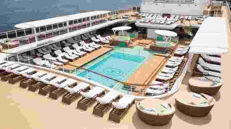 Piscina do navio Seven Seas Explorer, que acaba de passar por Santos (SP) - Divulgação/Regent Seven Seas - Divulgação/Regent Seven Seas
