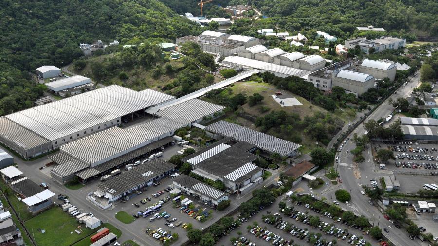 O fogo começou em uma torre de refrigeração em Jacarepaguá, zona oeste do Rio de Janeiro - TV Globo