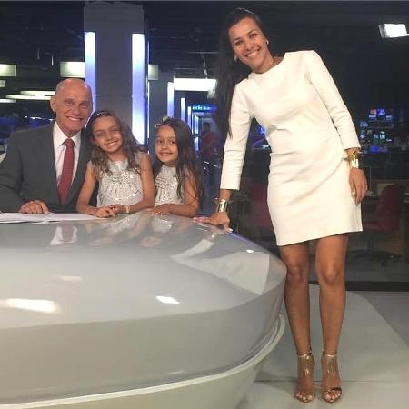 """Ricardo Boechat com a mulher Veruska e as filhas Catarina e Valentina no estúdio do """"Jornal da Band"""", em São Paulo - Reprodução/Facebook"""