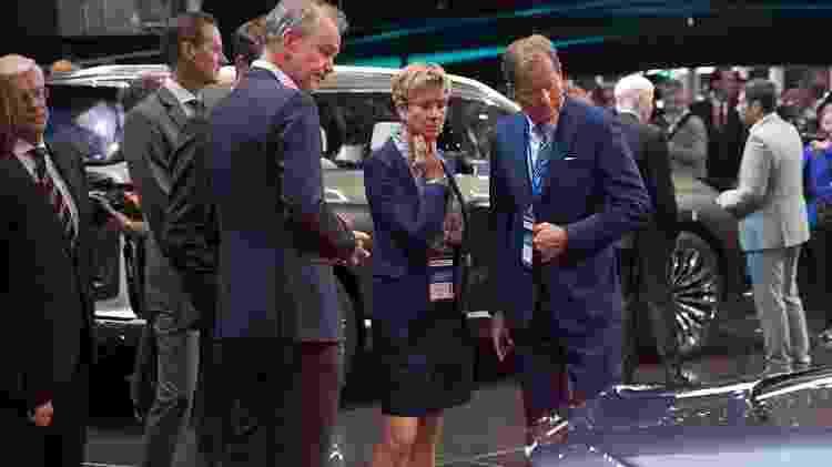 Susanne Klatten observa o estande da BMW no Salão de Frankfurt de 2017 - Olaf Kosinsky/BMW