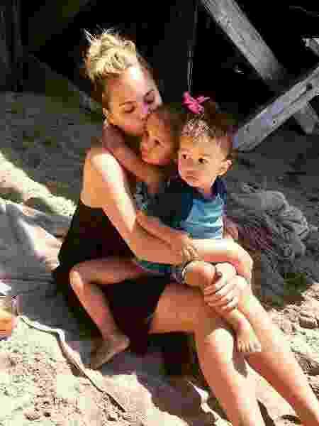 Chrissy Teigen com os filhos Luna e Miles - Reprodução/Instagram