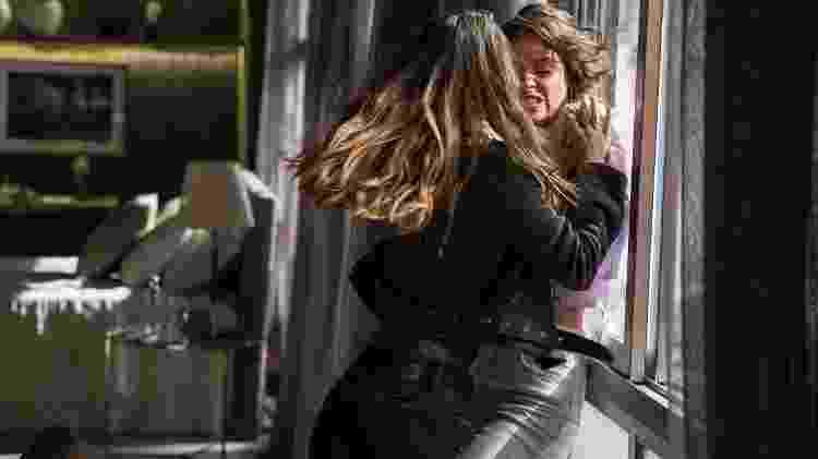 Josiane (Agatha Moreira) e Fabiana (Nathalia Dill) brigam em A Dona do Pedaço - Victor Pollak/Globo