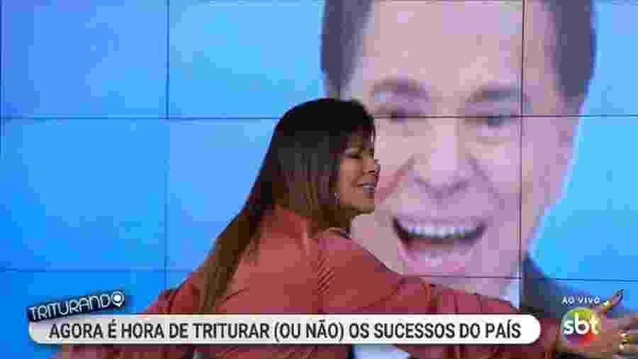 Mara Maravilha abraça a imagem de Silvio Santos na estreia do Triturando - Reprodução/SBT/@epictimechat